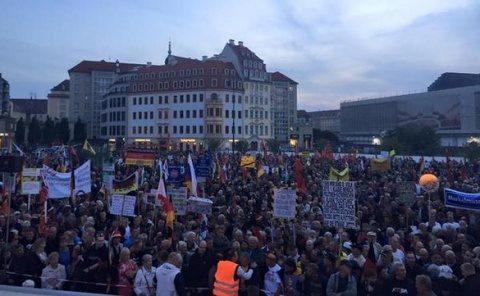 Merkel huiduită la Dresda. Naționaliștii germani ies în stradă împotriva islamiștilor (Video)