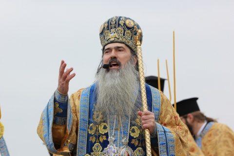 Arhiepiscopul Tomisului, ÎPS Teodosie, a împărtăşit mai mulţi credincioși la slujbă