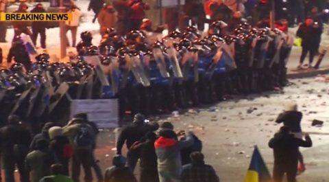 Membrii din Galeria Dinamo au spart mitingul pașnic din Piața Victoriei? Protestatari bătuți, lacrimogene, violențe cu jandarmii (Video)
