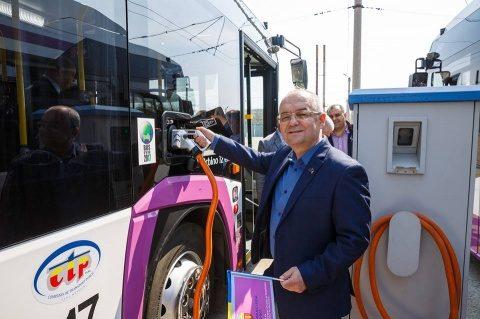 """Primarul Emil Boc: """"Intrați în autobuze doar prin față!"""""""