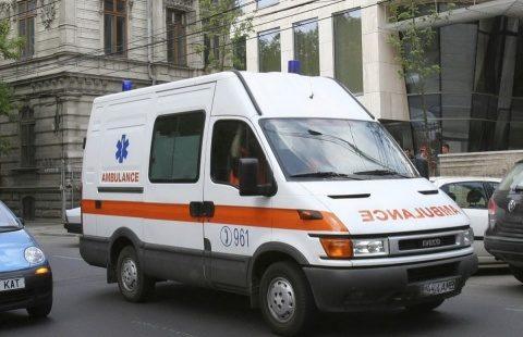 Ambulanţă cu semnalele în funcţiune a lovit un autoturism la Cluj-Napoca