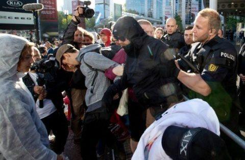 Activiștii de extrema stânga au blocat salonul auto de la Frankfurt. Miliardarii care produc mașini electrice sunt mulțumiți