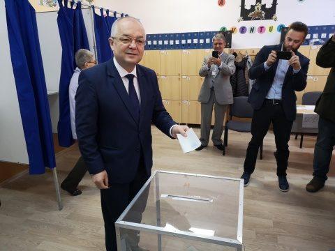 Emil Boc la vot: Democratia este la fel ca mersul pe bicicleta, trebuie sa pedalezi tot timpul pentru a-ti mentine echilibrul si a merge inainte