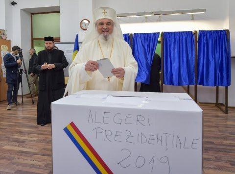 Patriarhul Daniel a oferit iconițe celor prezenți în secția de vot