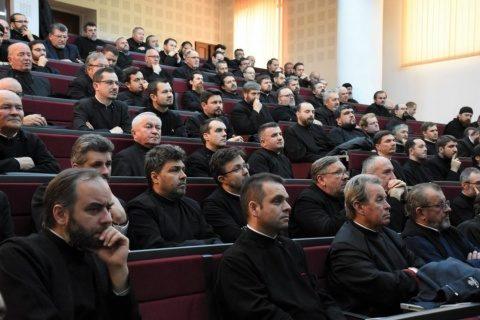 Un preot a declanșat o acțiune în instanță împotriva restricționării participării la slujbe prin Ordonanța militară