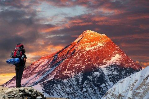 Poemul Zilei: Privește cine urcă muntele