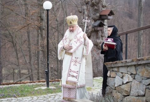 """Mitropolitul Andrei de la Mănăstirea Ciucea: """"Coronavirusul a înspăimântat o lume întreagă, noi nădăjduim să ne ajute Dumnezeu ca sub flamura Crucii să biruim și această neputință"""""""