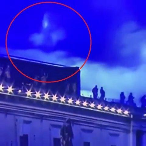 Fecioara Maria apare în timpul rugăciunii de binecuvântare a Papei la Vatican? Credincioșii spun că e o minune!