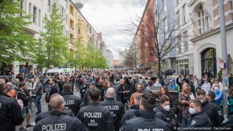 La Berlin şi Stuttgart au avut loc manifestaţii faţă de pierderea libertăţilor şi a drepturilor din cauza măsurilor de protecţie