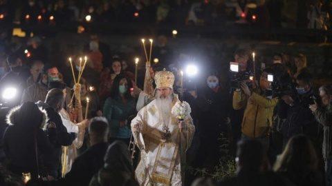 Mii de credinciosi au participat la Evanghelia Învierii oficiată de IPS Teodosie. S-a luat Lumină și împărtășit credincioșii