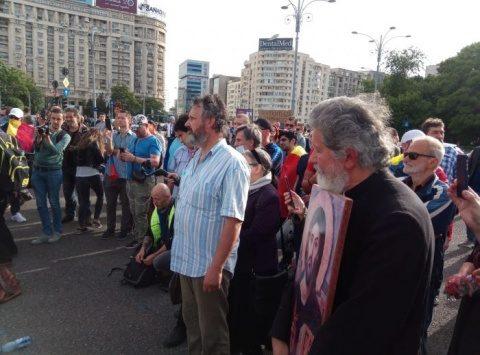 """Rețineri la protestul pentru apărarea drepturilor omului și Constituției. S-a strigat: """"Poporul român, adevăratul stăpân""""!"""