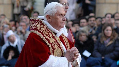"""Papa emerit Benedict a XVI-lea îşi acuză criticii de faptul că vor să-l """"facă să tacă"""""""