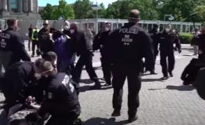 Mii de germani au protestat, în acest weekend, în Germania pentru democrație. Poliția a făcut arestări (Video)