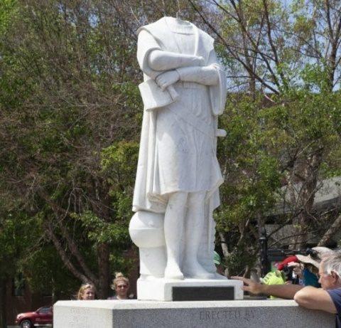 O statuie a lui Cristofor Columb a fost decapitată marţi seară la Boston. Război cu istoria în stil khmerii roșii