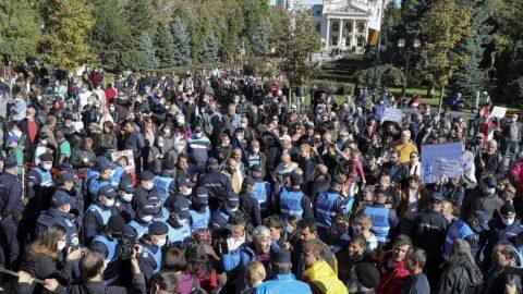 Curg dosarele penale pentru cei care au spart barajul jandarmeriei la Sfânta Parascheva