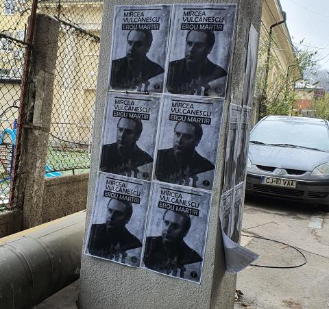 Afişe cu Mircea Vulcănescu lipite pe străzile Clujului