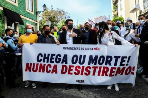"""Mii de persoane au manifestat impotriva interzicerii partidului de extrema dreapta """"Chega"""" la Lisabona"""