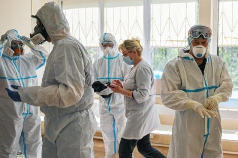 Ministrul Educației: Studenții nevaccinați în combinezon la cursuri