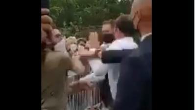 Presedintele Frantei, Emmanuel Macron, a fost pălmuit de un bărbat