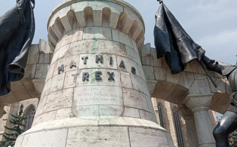 Un bărbat din Satu-Mare a vandalizat statuia lui Matei Corvin