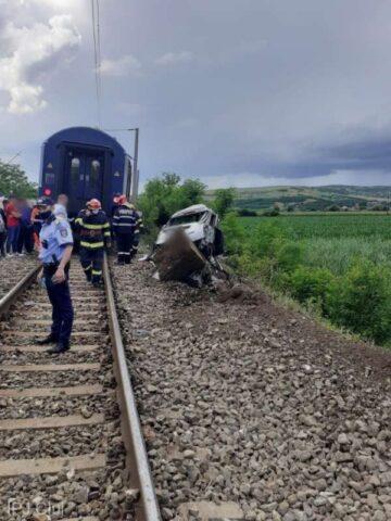 Bărbat de 40 de ani a murit, joi, după ce maşina pe care o conducea a intrat în coliziune cu un tren