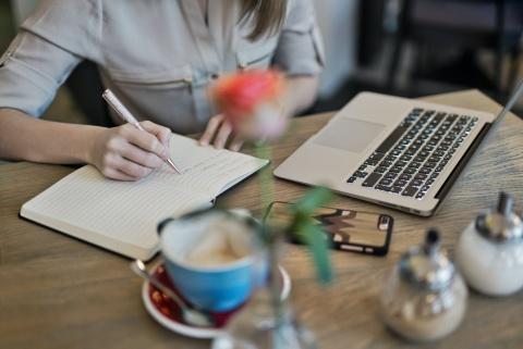Știi că poți îmbina publicitatea cu scrisul? Află cum poți deveni content writer în Cluj-Napoca!