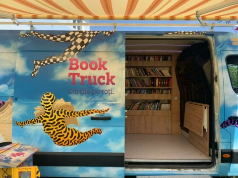 Peste 1.100 de cărți au fost colectate de Book Truck, biblioteca mobilă ce împrumută gratuit cărți în satele din Cluj