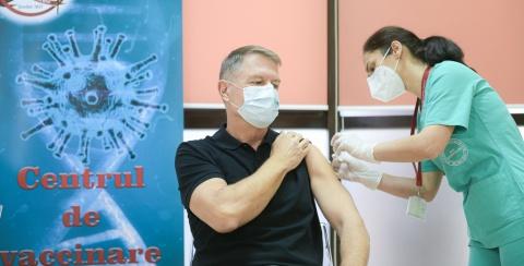 Klaus Iohannis vrea vaccinare obligatorie pentru anumite categorii: 'Nu este normal ca unii medici să dea mesaje anti-vaccin'