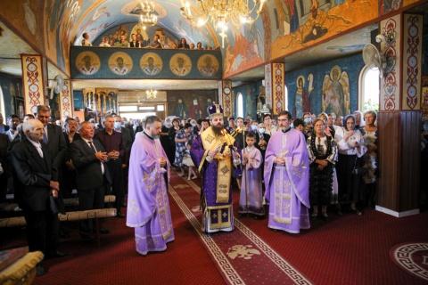 """Episcopul-vicar Benedict a slujit la hramul Bisericii """"Înălțarea Sfintei Cruci"""" din Turda"""