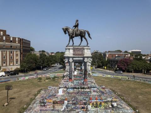 Statuia generalului american Robert E. Lee, dată jos de pe soclu după 130 de ani