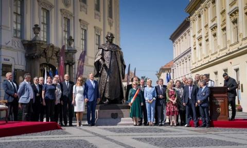 Klaus Iohannis a dezvelit statuia baronului Samuel von Brukenthal care a comandat tragerea pe roata a lui Horea și Cloșca
